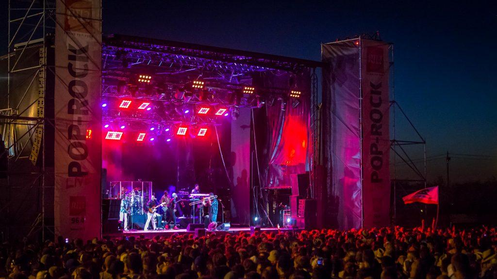 Des concerts ont lieu à coté de la Tribune Dunlop le soir de la course mais aussi lors des essais.