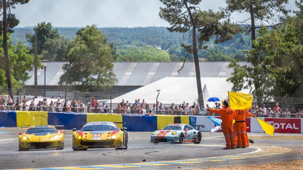 Le salut des commissaires de course à la fin des 24 Heures du Mans.