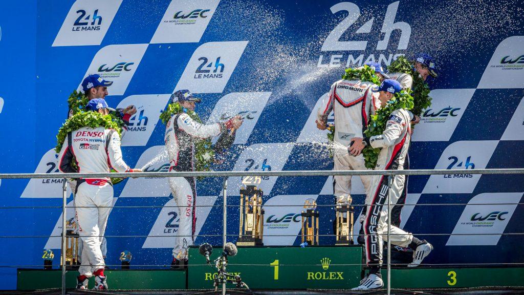 Le combat entre Porsche et Toyota continu sur le podium mais cette fois-ci à coup de bulles de champagne ;-)